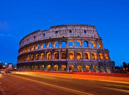 rome italie: Colis�e au cr�puscule de devant de m�tro, Rome Italie