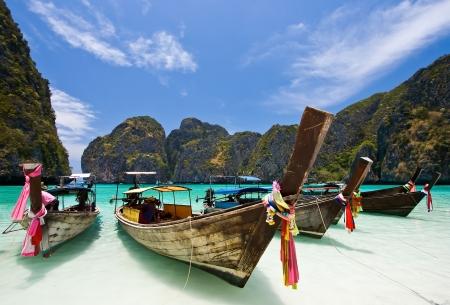 picada: Largo de colas de barco, en la Bah�a de Maya, la isla de Phi Phi, Phuket Tailandia  Foto de archivo