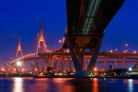 phraya: Puente de Bhumibol en Tailandia, tambi�n conocido como el puente de anillo industrial o el enlace de Mega, en Tailandia al anochecer. El puente que cruza el r�o Chao Phraya dos veces.  Foto de archivo