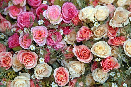rosas amarillas: Mont�n de Fake aument� flor usando como fondo conceptual de amor y la belleza
