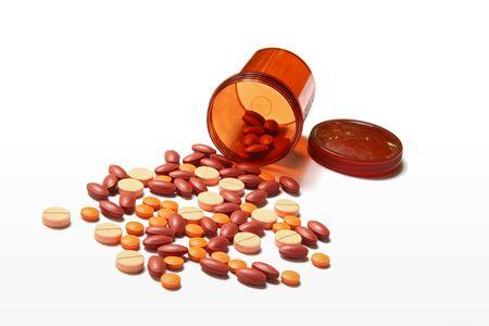 recetas medicas: Botella de píldora abierto con medicina derramando fuera aislado en fondo blanco  Foto de archivo