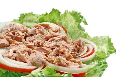 tomate: Préparation de thon épicé thaïlandais avec une salade verte, oignons et tomates, gros plan