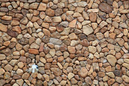 irregular shapes: Muro de ladrillo tradicional hecha de piedras de fragmento en formas irregulares con la farola  Foto de archivo