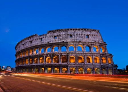 light trail: Coliseo al atardecer con pista de luz, Roma