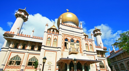 glam: Masjid Sultan,Singapore Mosque, in Arab Street with blue sky Stock Photo