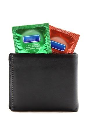 condones: preservativos en cartera negra Foto de archivo