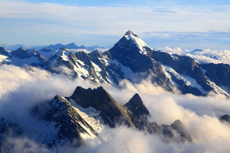 cima montagna: panorama del Monte Cook picco con nebbia da elicottero, Nuova Zelanda Archivio Fotografico