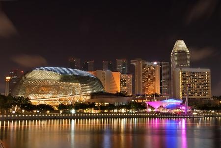 urban colors: Explanada Singapur rascacielos y horizontes edificio durante la noche Editorial