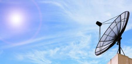 satelite: parab�lica de comunicaci�n antena negro en el cielo soleado azul Foto de archivo