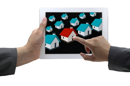 Casa de hallazgo nueva en el mercado de bienes raíces con el concepto de comercio electrónico la hombre negocios Foto de archivo
