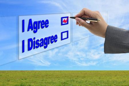 coincidir: mano de hombre de negocios asiático elegir I Agree opción de pantalla táctil para negocios