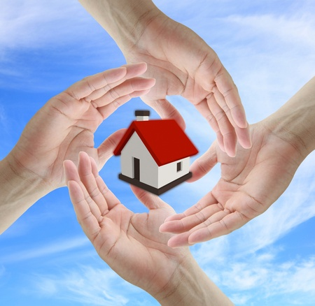 ubezpieczenia: Asian business man holding dom dla koncepcji ubezpieczeniowej