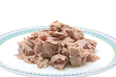 atun: carne de at�n pescado en plato para cocinar aisladas sobre fondo blanco Foto de archivo