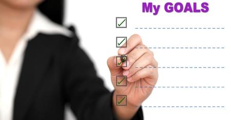 hacer: Mujer de negocios asiáticos escribiendo lista objetivo a bordo blanco