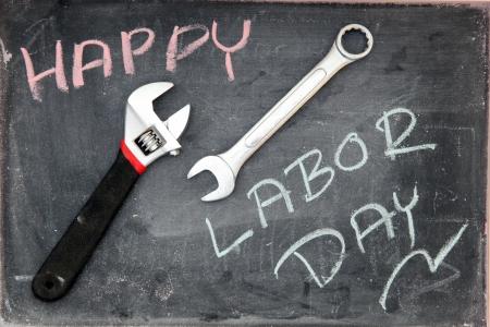 jornada de trabajo: Feliz D�a del Trabajo en la pizarra con una llave Foto de archivo