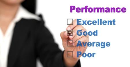 certification: Mujer de negocios asi�ticos escribir en la lista de comprobaci�n para la auditor�a de rendimiento
