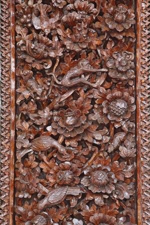 tallado en madera: La mano de madera tallada a mano en la puerta de teample