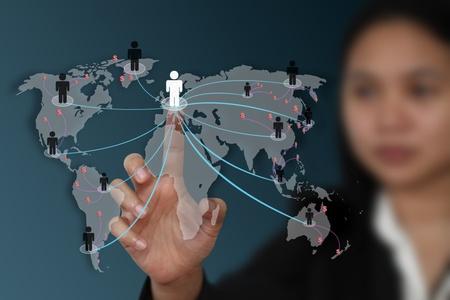 mano touch: tocco femminile mano sullo schermo per il social network marketing concetto (messa a fuoco selettiva a portata di mano)