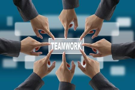 deacuerdo: Un equipo de diversos negocios con manos juntas equipo pulsador