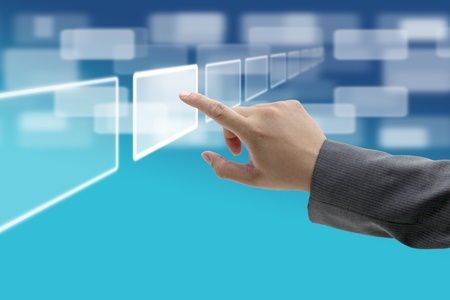 �cran tactile: poussez la main sur la technologie interface tactile de l'�cran virtuel