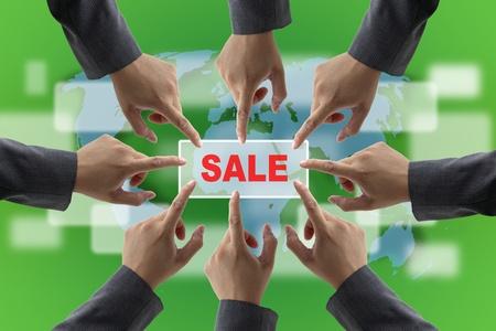 manos unidas: Un trabajo en equipo diverso de negocios en ventas por concepto de compra al por menor