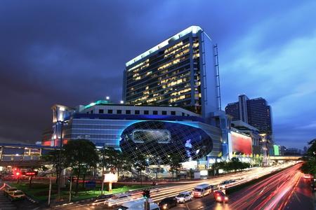 light trail: Bangkok famosa y de las tiendas de moda edificio del Centro de la noche con un registro de sem�foro Editorial