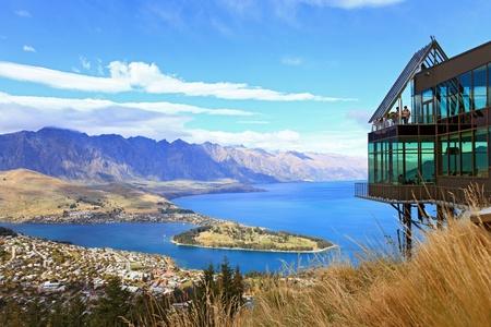 Cityscape van Queenstown met Lake Wakatipu van boven, Nieuw Zeeland, Zuid eiland Stockfoto