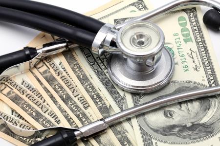 estetoscopio corazon: Estetoscopio en el dólar dinero de fondo de billetes en efectivo de divisas para el uso sano concepto Financieras y de Seguros Foto de archivo