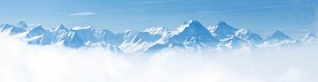 swiss alps: Panorama górskiego krajobrazu śniegu z błękitnego nieba z Pilatus Peaks Alpach Lucernie Szwajcarii