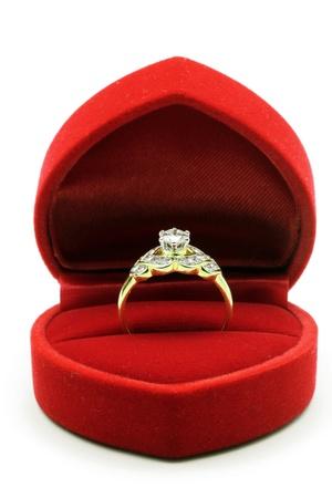 anillo de compromiso: Diamond anillo de boda de lujo en el recuadro rojo de terciopelo de seda utilizando para el compromiso de amor en concepto de vacaciones de San Valent�n