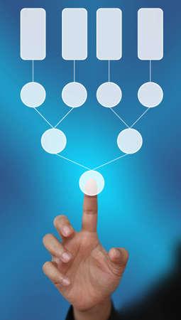 diagrama de arbol: empuje la mano en el diagrama de �rbol de decisi�n en blanco en la mano para los negocios analizar Foto de archivo