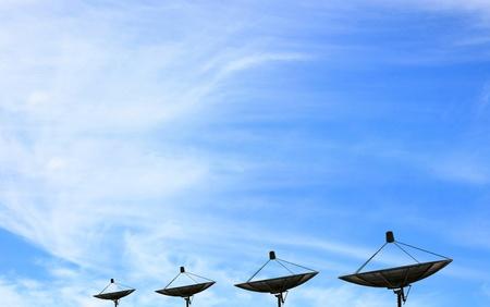 negro de la antena parabólica de comunicación sobre el cielo azul