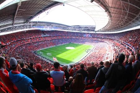 연합 왕국: 런던 - 월 14 일 : 서포터가 리버풀의 축구 경기를 시청 - 에버 튼 런던 4 월 14 일 2012 년 웸블리 아레나 스타디움에서 준결승 FA 컵 군중, 잉글랜드 영국.
