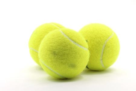 raqueta de tenis: Pelota de tenis de equipamiento deportivo en el fondo blanco utilizando como un concepto del mundo de Competencia