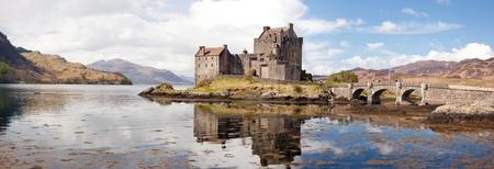 highlander: Panorama Reflexión de Eilean Donan Castle, Highland Escocia