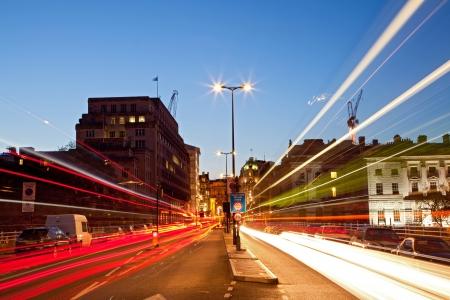 light trail: Londres, Paisaje urbano con Rastros de luz camino en la oscuridad utilizando para transporte de la ciudad Estilo de vida Editorial