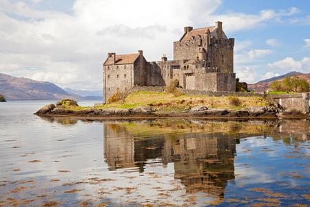 highlander: Primo piano di riflessione di Eilean Donan Castle, Highland Scotland.