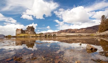highlander: Panorama di Eilean Donan Castle e il suo riflesso sul mare, Highland Scotland.