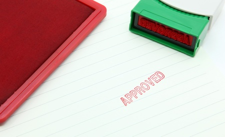tampon approuv�: timbre a approuv� sur le papier avec tampon en caoutchouc Banque d'images