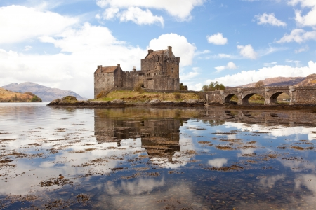 highlander: Reflejo de Eilean Donan Castle, Highland Escocia. Editorial