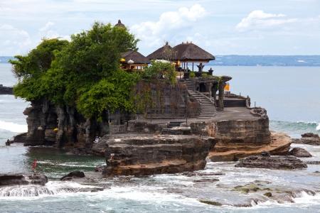 インドネシア バリ島の海にタナロット寺院