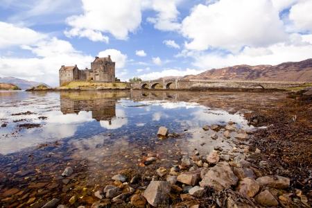 highlander: Reflejo de Eilean Donan Castle, Highland Escocia, Reino Unido