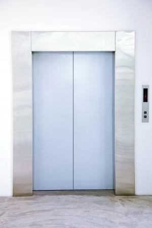 승강기: 로비에서 닫힌 문을 현대 엘리베이터의 전면 뷰