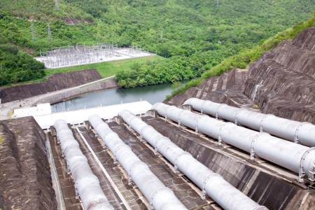 desarrollo sustentable: Gigantescas tuberías de agua de una planta de energía hidroeléctrica y dique