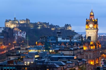 Edinburgh Castle mit Stadtbild von Calton Hill in der Dämmerung Scotland UK