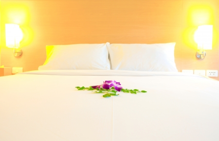 kingsize: Interior of modern bedroom (selective focus on orchid flowers decoration) Stock Photo