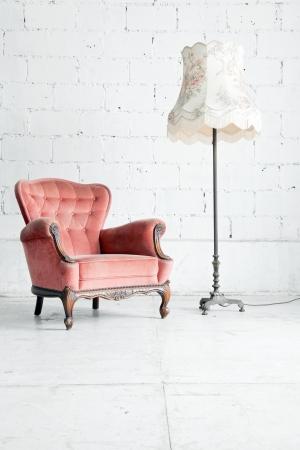Rose canapé classique canapé de style Fauteuil dans la chambre vintage avec  lampe de bureau
