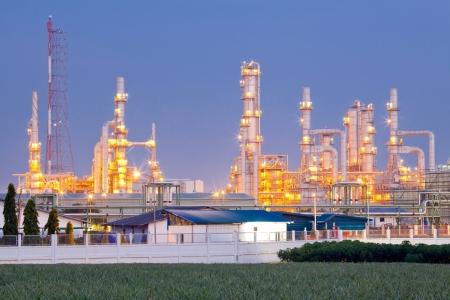 destilacion: Arquitectura de la Planta Refiner�a de petr�leo con la torre de destilaci�n al atardecer