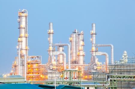 destilacion: Arquitectura de la Planta Refinería de petróleo con la torre de destilación con la puesta del sol crepuscular Foto de archivo