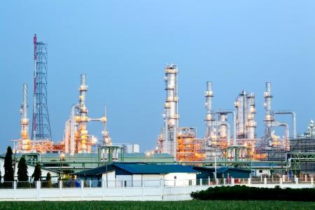 distillation: Arquitectura de la Planta Refiner�a de petr�leo con la torre de destilaci�n con la puesta del sol crepuscular Editorial